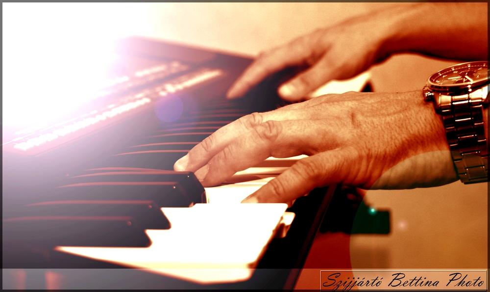 zongora-kez.jpg